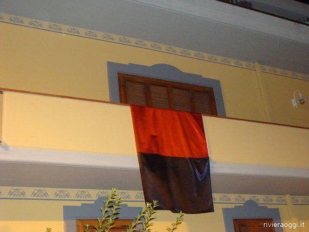 Bandiere sui balconi prima di Samb-Lecco
